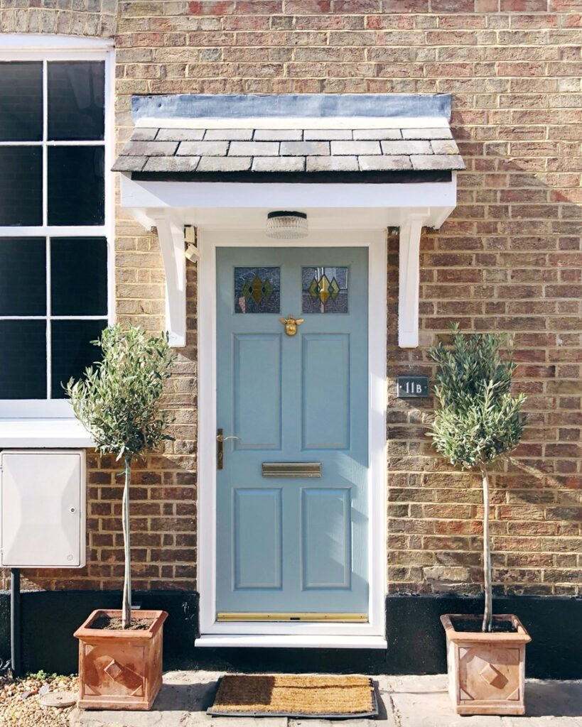 Image via @news_from_elbie_mews, feat. paint color: 'Oval Room Blue' by Farrow & Ball, blue-gray door