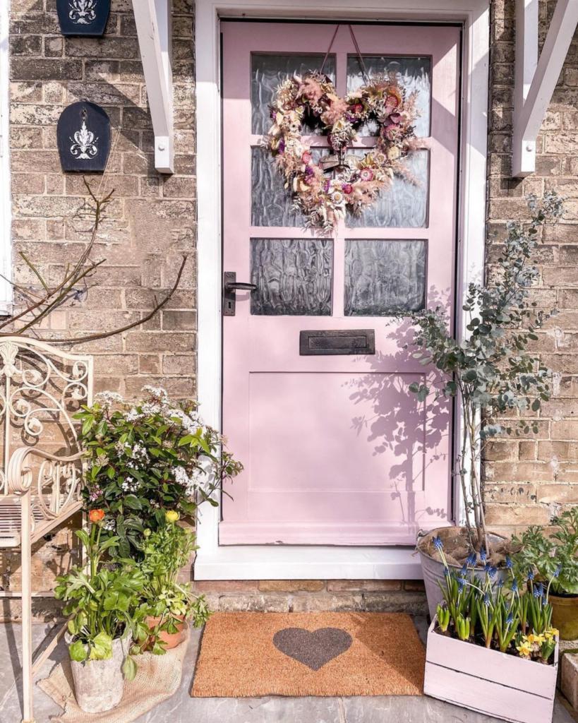Image via @acorn_cottage_, pink door