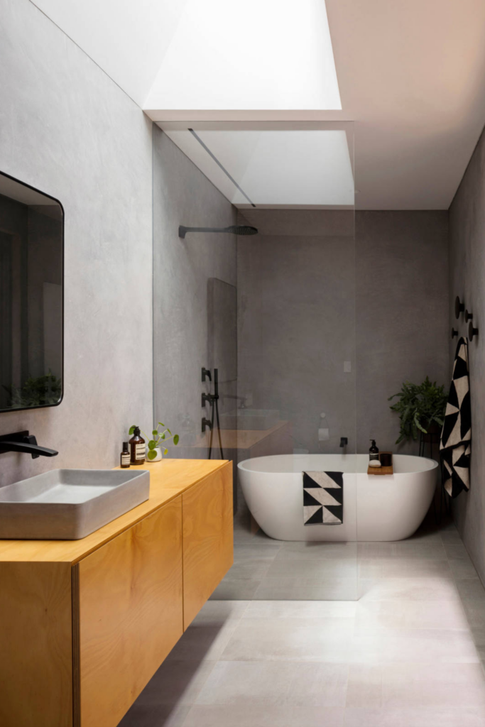 What Color Towels Work Best for Gray Bathrooms? Photo by Brett Boardman for Christopher Polly Architect via Houzz