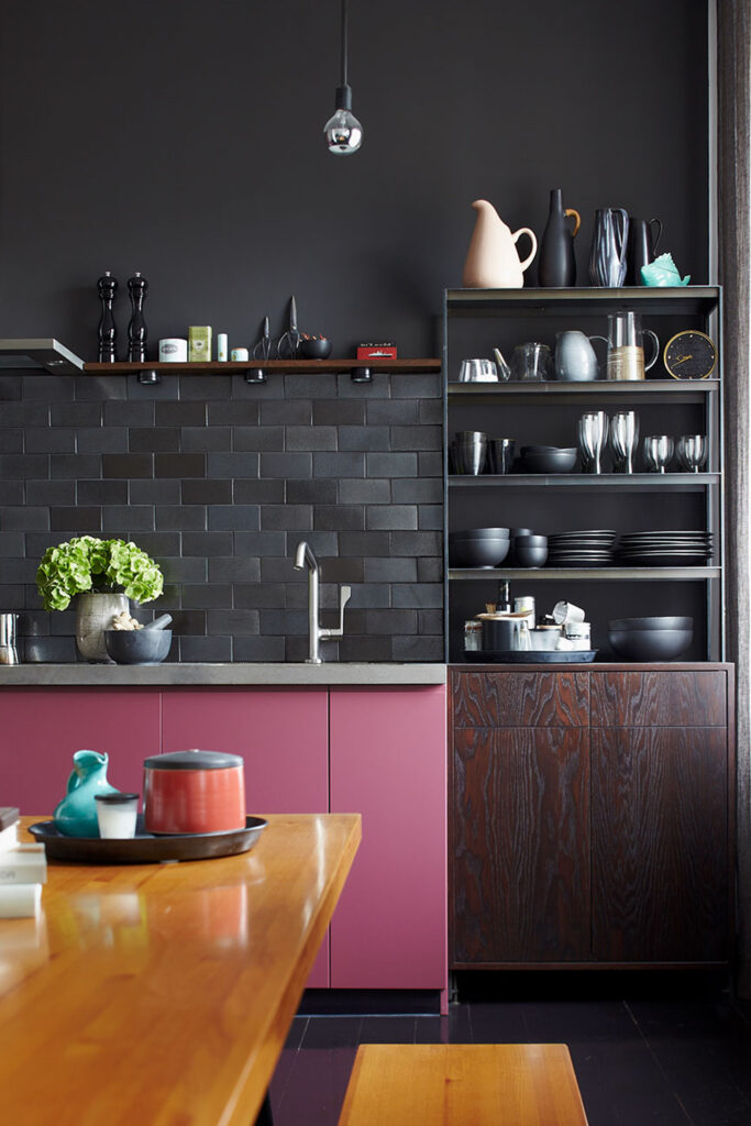 10 Colors That Go With Charcoal Gray Walls - Image via Peter Fehrentz